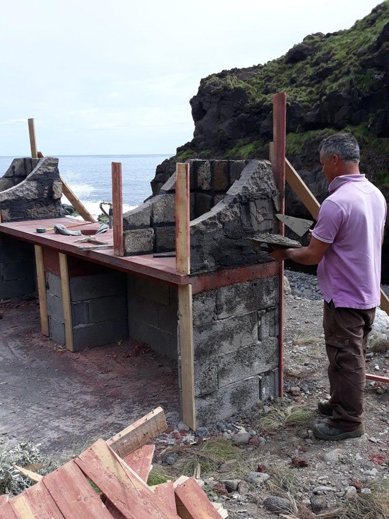 Construção de churrasqueira na Zona Balnear da Foz da Ribeira