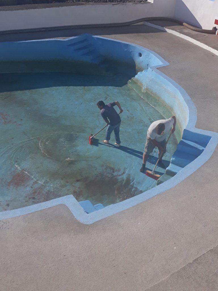 Limpeza da piscina da Foz da Ribeira durante a época balnear