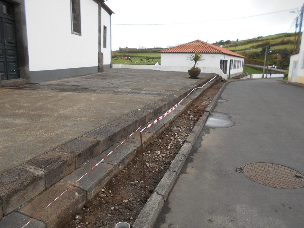 Reparação de passeios em S. Pedro de Nordestinho (1)