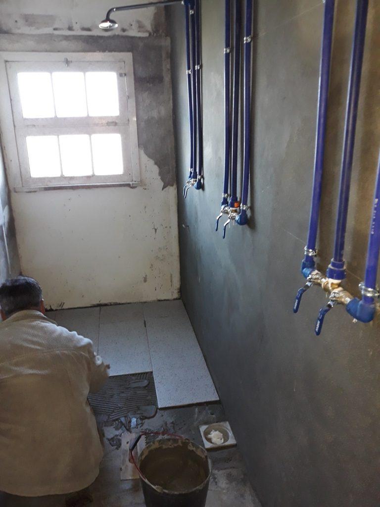 Reparação de sanitários na antiga Escola Primária de S. Pedro