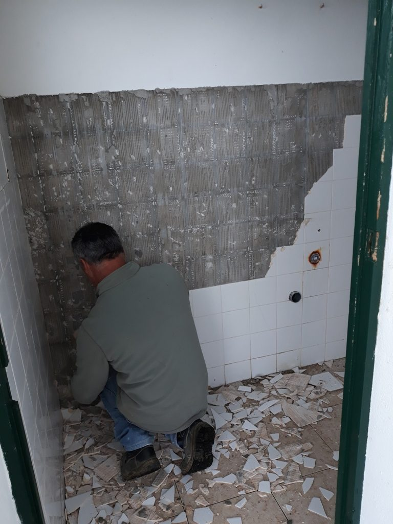 Reparação de sanitários na antiga Escola Primária de São Pedro