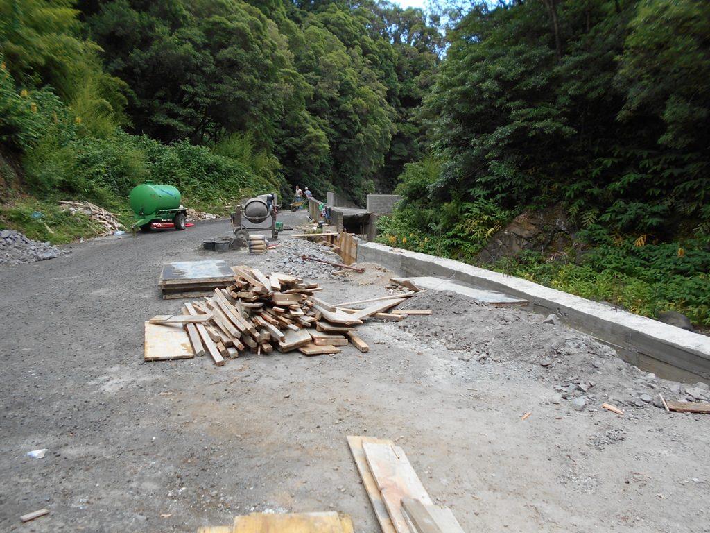 Muro e betonagem no Caminho do Lombo Gordo (b)