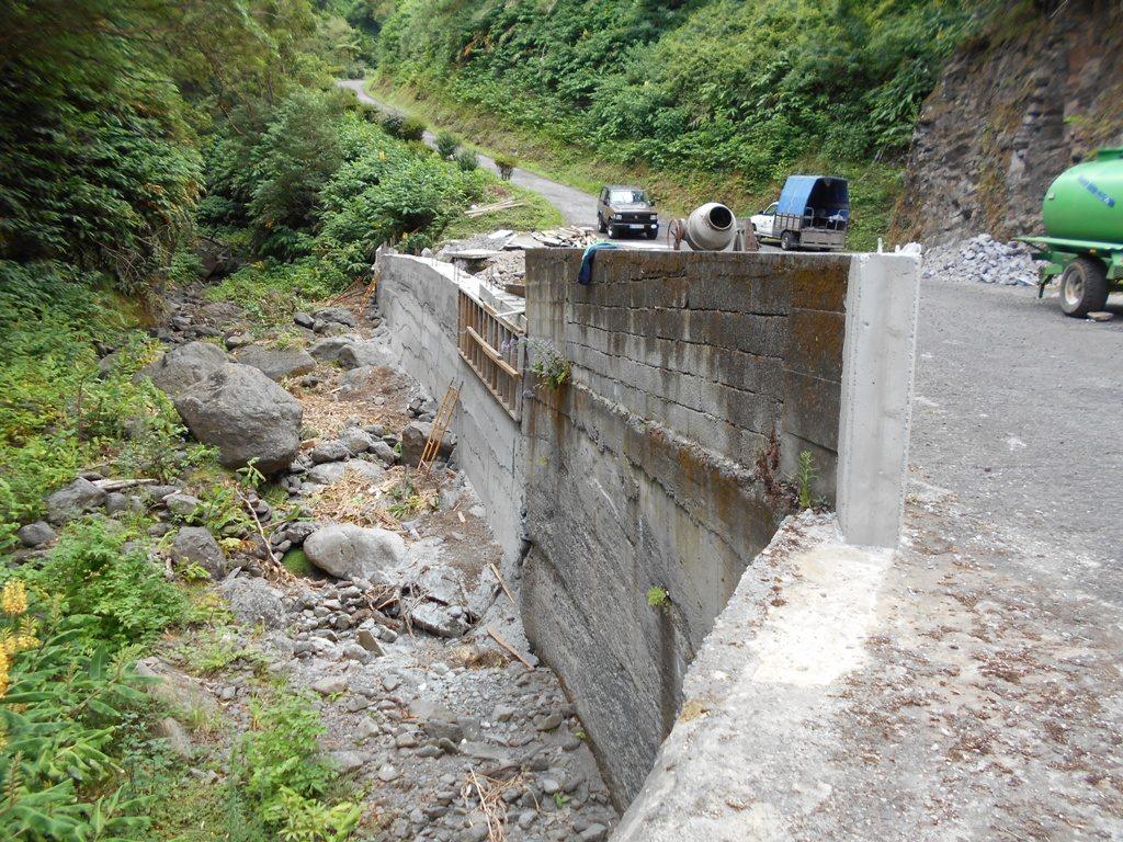 Muro e betonagem no Caminho do Lombo Gordo - Pedreira