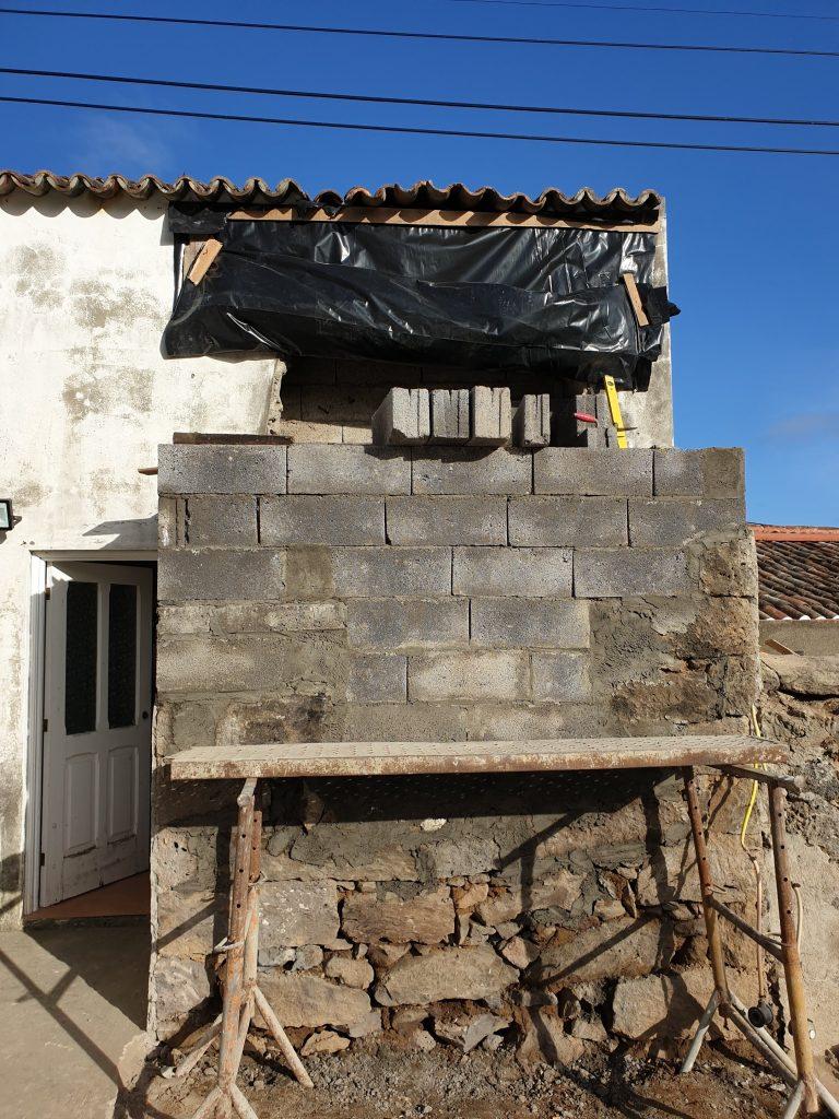 Continuação das obras de beneficiaçao de 4 moradias de habitacao social - Santana e Achada (a)