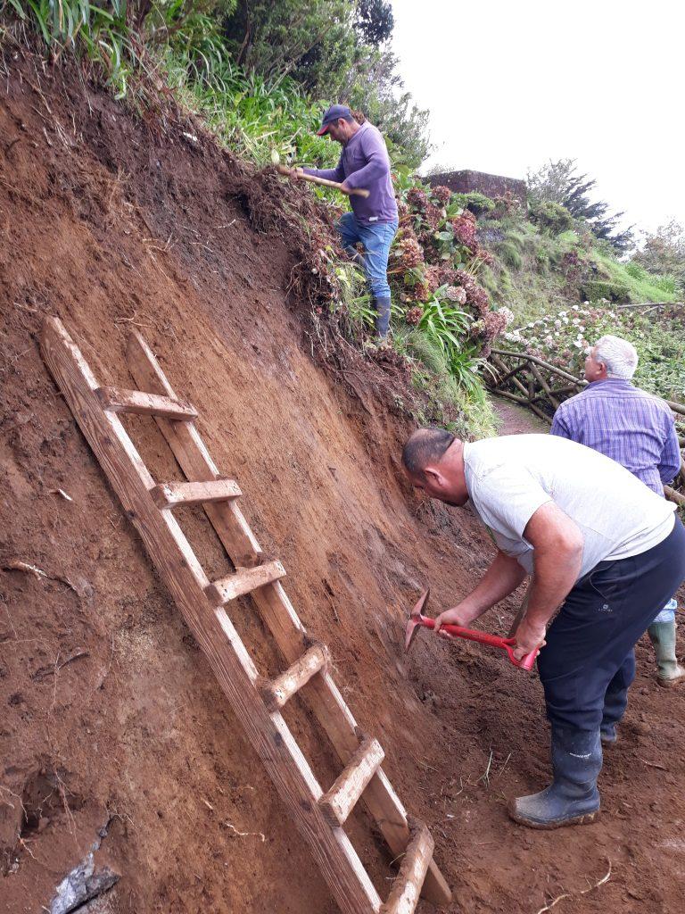 Reparação de derrocada no trilho de passeio do Miradouro da Ponta do Sossego