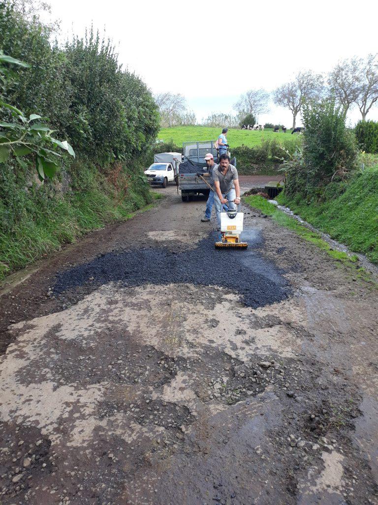 Reparação de pavimento no Caminho da Vila Nova - Vila do Nordeste