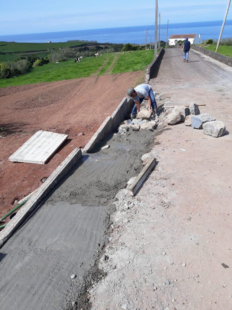 Execução de muro de guarda e correção de pavimento na Rua Capitão Albergaria - Assomada