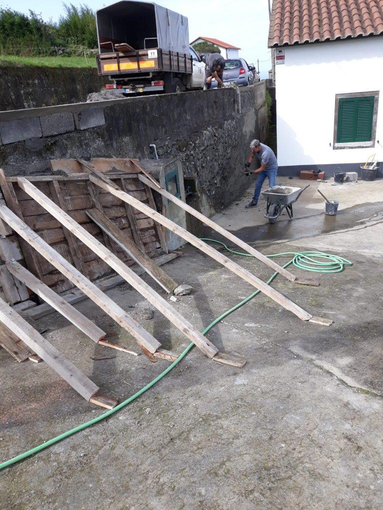 Execução de paredão na Rua da Canada - freguesia da Algarvia