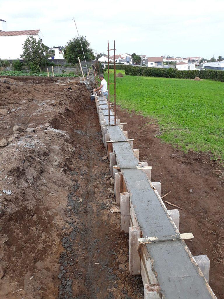 Vedação de terrenos adquiridos pela CMN na Rua Pacheco Monte para a construção de habitação social - Vila do Nordeste