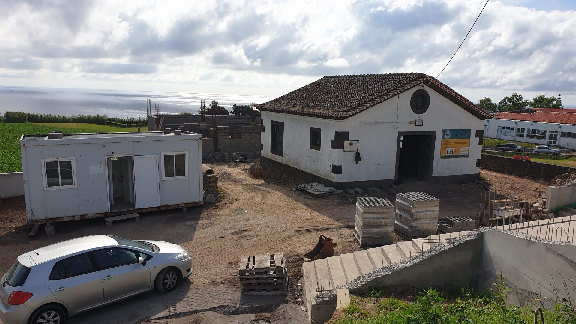 Adaptaçao de edificio a capela funeraria - Vila do Nordeste (a)