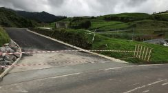 Construção de valeta no acesso a reservatório de água na freguesia da Algarvia