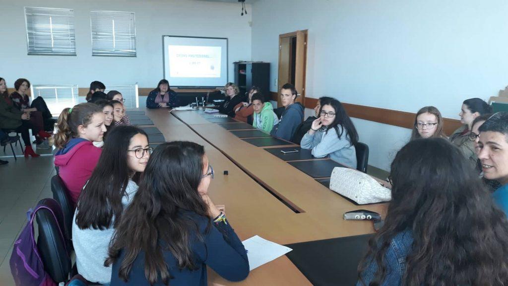 Comissão de Menores realiza sessão informativa sobre cursos profissionais