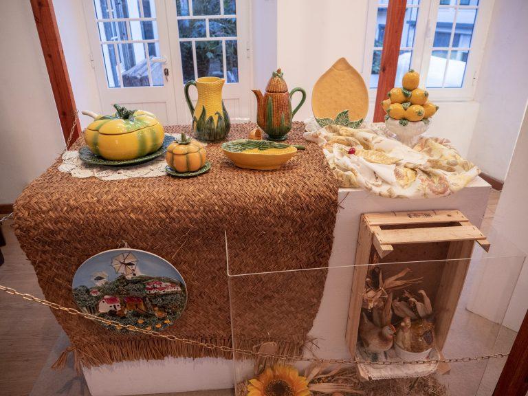 Coleção de faiança portuguesa na Sala de Exposições